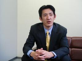 インタビューに応える猿渡史彦氏