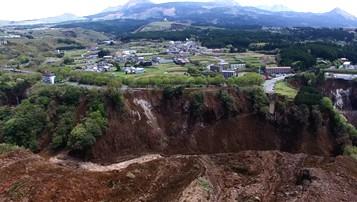 地層が大きく断裂している様子